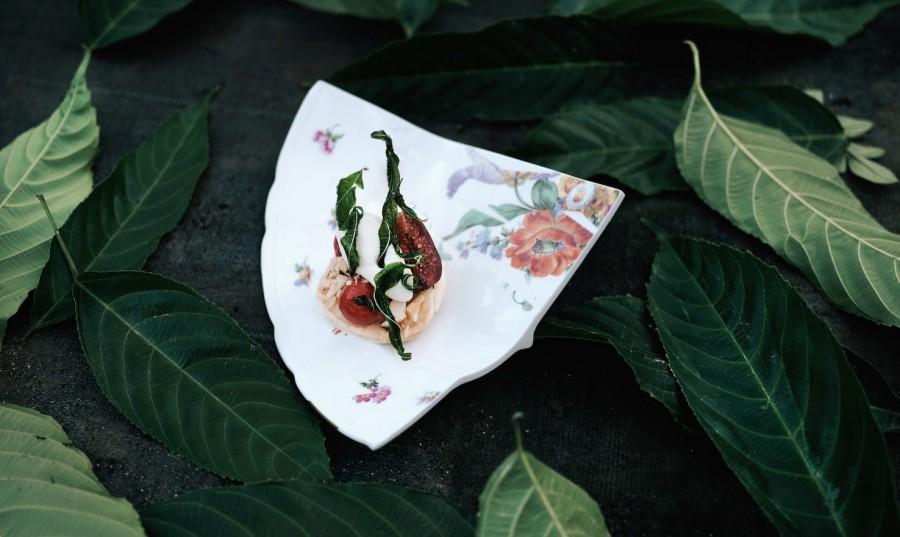 figs, tomato and jerusalem artichoke served on a laser cut porcelain bowl by Luzia Vogt